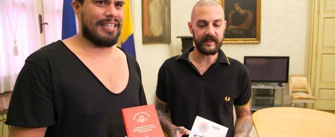 Coppie gay a Parma, Pizzarotti dà lo status di famiglia a Pablo e Ruben