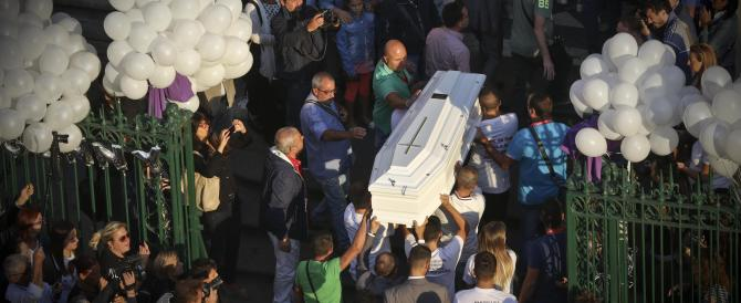 L'addio di Napoli a Genny, ucciso a 17 anni. Attacco del parroco alle istituzioni