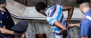 Calci, pugni, morsi e rasoiate: un'altra guerra tra immigrati al centro di Roma