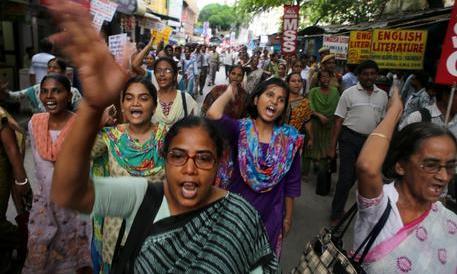 Atrocità in India: quindicenne rapita, stuprata, uccisa e appesa a un albero