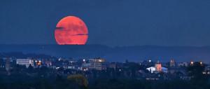 Aspettando l'eclissi della super luna: ecco cosa fare per vederla (Video)