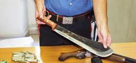 Spara ai ladri marocchini armati di machete e viene denunciato