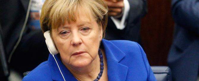 Migranti, la Merkel gioca con il fuoco: i sondaggi la danno in caduta libera