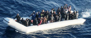 Migranti, 4 cadaveri su un gommone. Ma gli sbarchi continuano senza sosta
