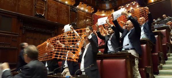 Bagarre alla Camera. Sel urla contro l'Ungheria, i leghisti invocano Orban