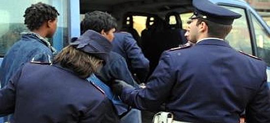 I poliziotti: «Gli immigrati delinquono meno degli italiani? Una balla»