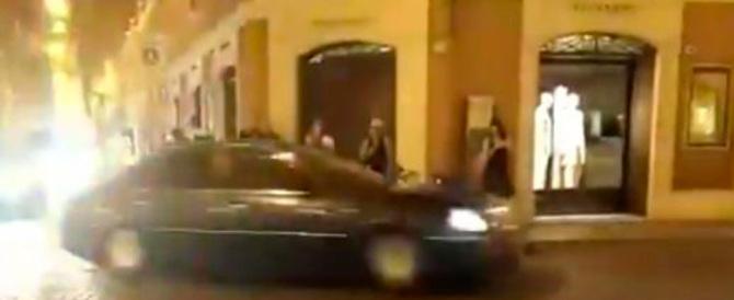 Bufera sulla scorta faraonica di Renzi: 24 auto blu e due motociclette (video)