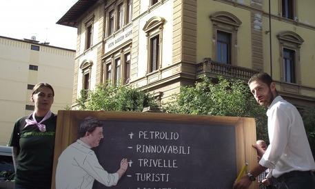 Ambiente, Renzi bocciato da Greenpeace davanti al suo liceo di Firenze