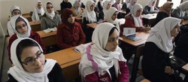 Centinaia di liceali avvelenate dai talebani: «La donna non deve studiare»