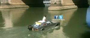 Naviga sul Tevere con un'auto trasformata in barca. Fermato 40enne