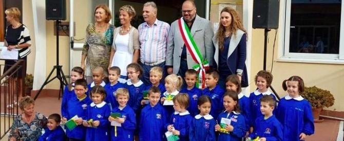 Primo giorno di scuola, un sindaco regala tricolori e nastri dei marò
