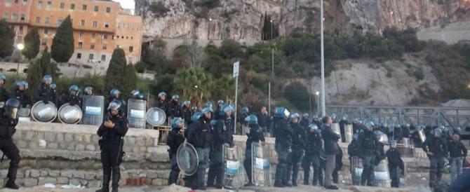 Ventimiglia: sgomberato il campo abusivo. Migranti sugli scogli