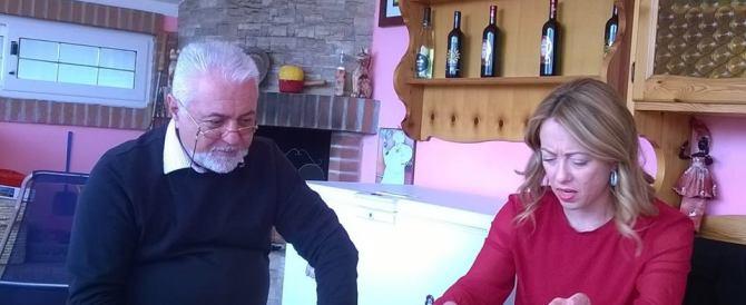 La Meloni porta al pensionato che s'è difeso la solidarietà e una proposta di legge