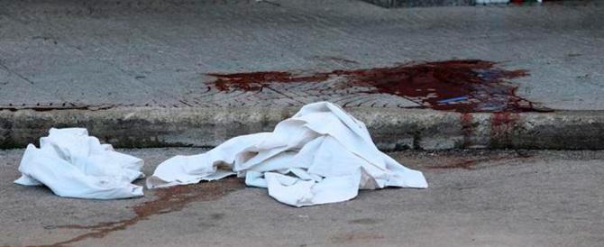Napoli, mezzogiorno di fuoco: uccisa donna di camorra, pregiudicato ferito