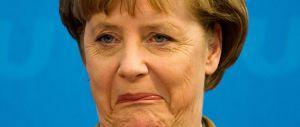 Porte aperte ai profughi, 400 denunce contro la Merkel: «Alto tradimento»