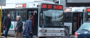 Roma, due albanesi riempiono di botte un minorenne disabile su un autobus