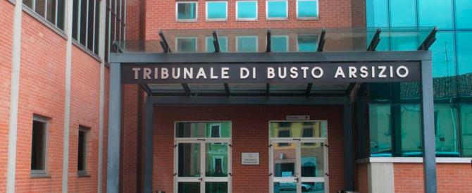 Busto Arsizio, inviato di Striscia la notizia entra in Tribunale con la pistola
