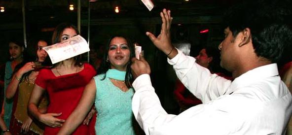 India, la Corte Suprema riapre i dance bar di Mumbai considerati osceni