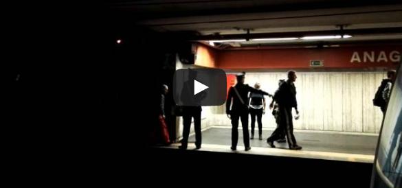 Metro evacuata a Roma, i video choc dei passeggeri al buio nella galleria
