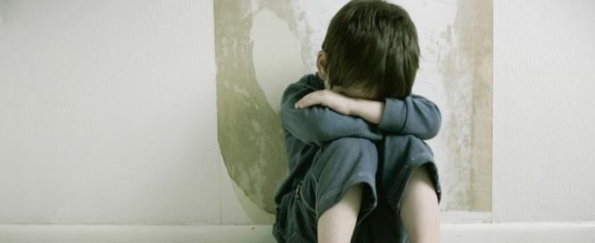 Abusava del fratellino istigato da un pedofilo seriale: estradato da Londra