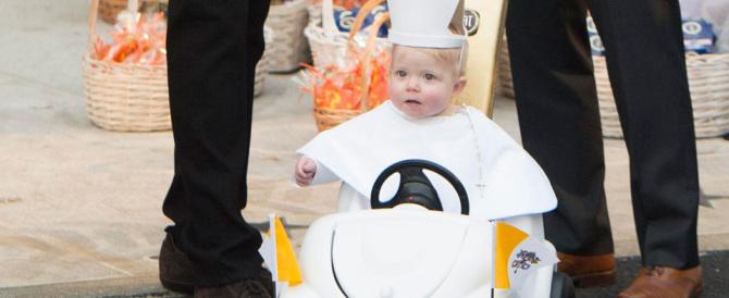 Bimbo vestito da Papa su una mini-papamobile vince la gara di Halloween