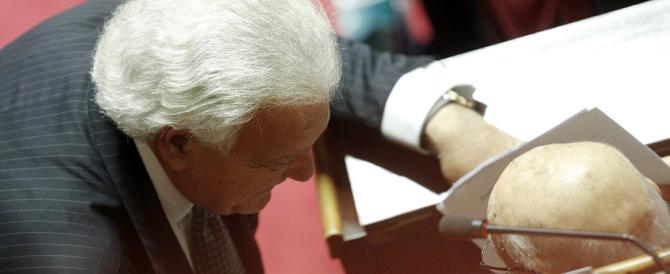 Verdini ossequia Napolitano, il Pd lo applaude. Al Senato in scena la farsa