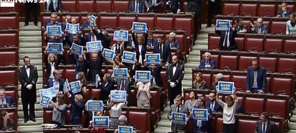 Celebrazioni Onu, cartelli di Forza Italia: «Liberate i marò»