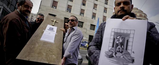 A Napoli i poliziotti della Uil celebrano il funerale della legalità con una bara