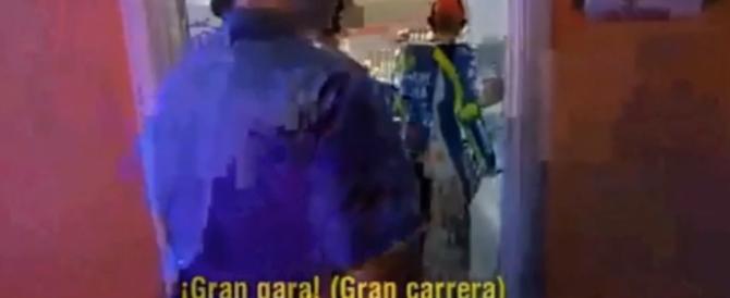 """Rossi-Marquez, duello nel dopo gara: """"Bravo, gran gara!"""" """"Gran pedata!"""" (video)"""