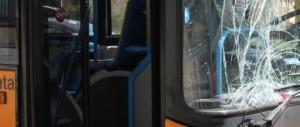 Baby gang assalta un bus. Gli autisti: «È un continuo, siamo stufi»