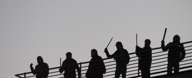 Guerriglia dei centri sociali a Bologna: cariche e scontri con la polizia