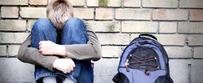 Picchiati e costretti a inginocchiarsi davanti ai bulli: denunciati tre minori