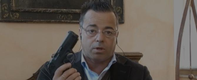 L'ultima di Buonanno: va in tv con la pistola. E Salvini lo rimprovera