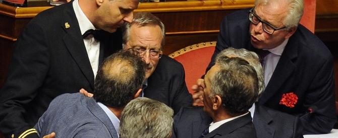 In Senato il gesto osceno di Barani, fedelissimo di Verdini. Ed è caos
