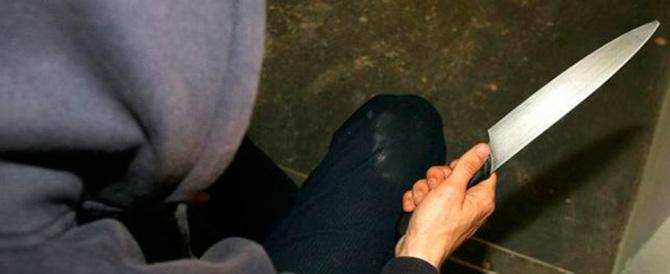 Giovane accoltellata dall'ex: l'uomo la sperona in auto e poi l'aggredisce