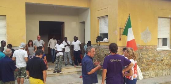 La cena arriva tardi: a Grosseto migranti bloccano la statale