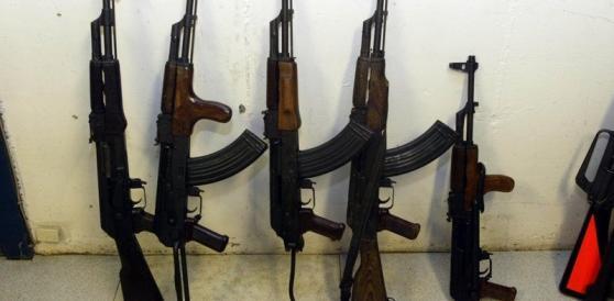 Kalashnikov sui banchi di scuola alle elementari, bufera in Francia