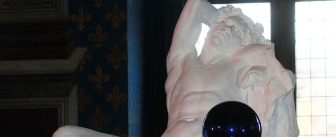 """Firenze, arriva lo sceicco e Renzi fa coprire il """"nudo"""" della statua di Koons"""