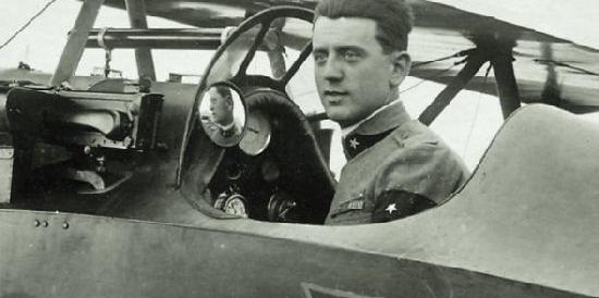 Vandali oltraggiano Antonio Locatelli, eroe dell'aria celebrato da Mussolini