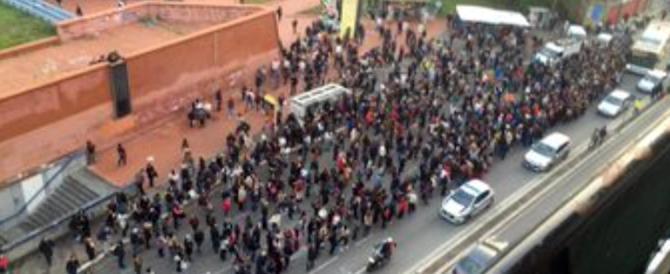 Roma, un altro guasto alla metro: passeggeri inferociti protestano in strada
