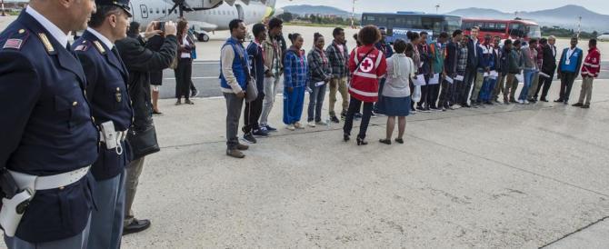 La beffa dei migranti rimpatriati col jet privato. Nessuno vuole il volo di linea
