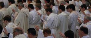 Un altro prelato getta fango sulla Chiesa: «La maggioranza dei preti è gay»