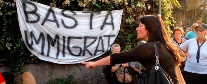 «Qui state bene», i migranti trasferiti in un residence: un'intera città si ribella