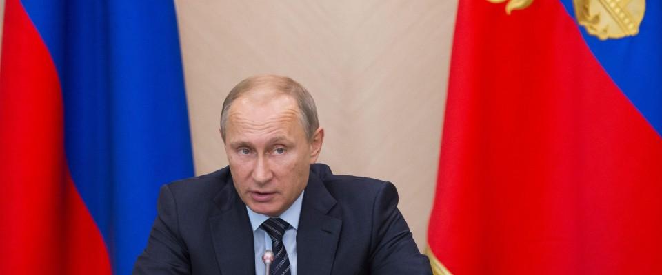 """Putin attacca la Turchia: """"jet abbattuti per difendere il petrolio dell'ISIS"""""""