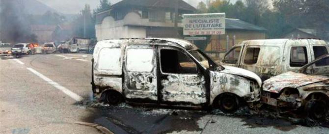 Una rivolta di nomadi mette a ferro e fuoco un dipartimento francese (video)
