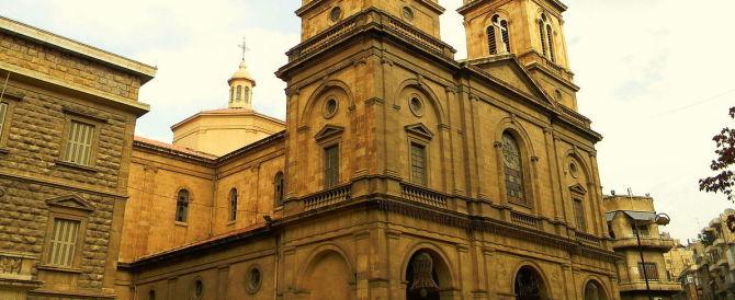 I terroristi anti-Assad bombardano la chiesa di Aleppo durante la messa