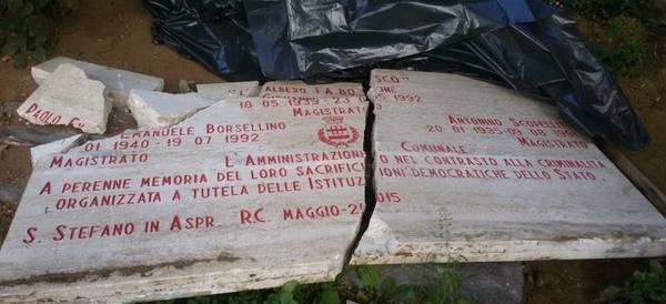 Danneggiata la stele di Falcone e Borsellino in una scuola dell'Aspromonte