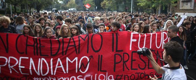 Studenti in piazza. Scontri a Bologna, lanci di vernice a Roma