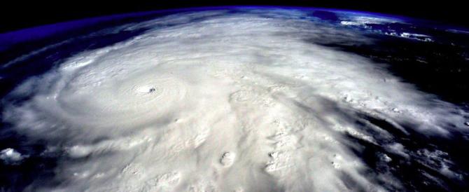 Il peggior uragano della storia perde potenza ma resta l'allarme rosso