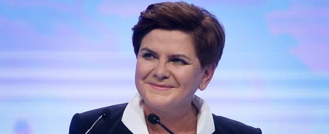 "Polonia, la premier Szydlo ""ammaina"" la bandiera dell'Ue"